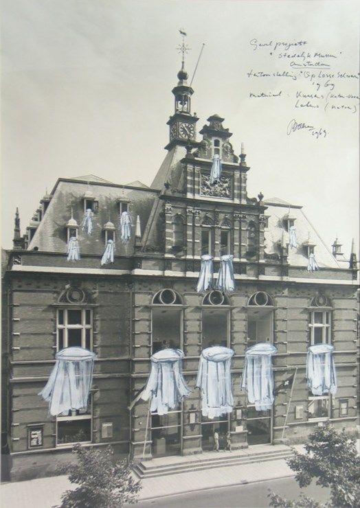 Marinus Boezem -  Beddengoed uit de ramen van het Stedelijk Museum - Stedelijk Museum Amsterdam
