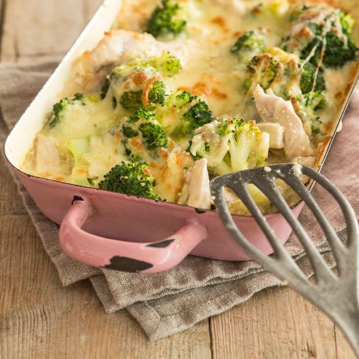 Der gesündeste Auflauf, seit es Ofengerichte gibt: ein Hähnchen-Quinoa-Brokkoli-Auflauf - von einer knusprigen Käsedecke getoppt.