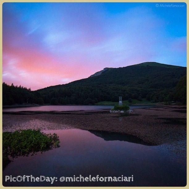 La #PicOfTheDay #TurismoER questa mattina si è svegliata all' #alba per ammirare i bellissimi colori della #natura al Lago #Calamone Ventasso - #ReggioEmilia - Complimenti e grazie a @michelefornaciari :)