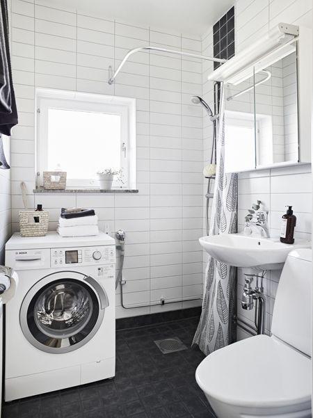 A fürdőszoba egyszerűsége már-már puritán, de megtalálható benne minden, amire a 21. században szükség van.  (Fotó: stadshem.se)