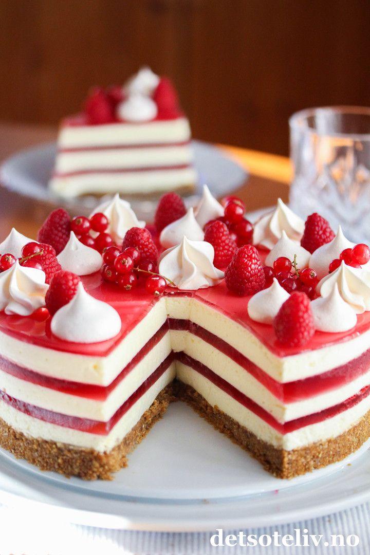 Ostekake er blant de aller mest populære kakene på norske kakebord. Ekstra dekorativ og fin blir ostekaken med flere lag rød gelé. Nydelig kake til jul og ellers! Vil du variere, kan du bytte ut rød gelé med gelé i andre farger.