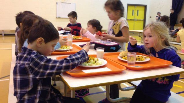 L'interdiction de la malbouffe dans les cafétérias scolaires entraîne des effets positifs sur la santé des élèves, conclut une étude de l'Université du Nouveau-Brunswick.