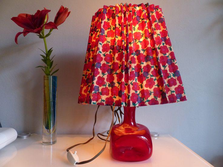 Sixties Lampe mit rotem Glasfuß und mit Blumen bedruckter Lampenschirm