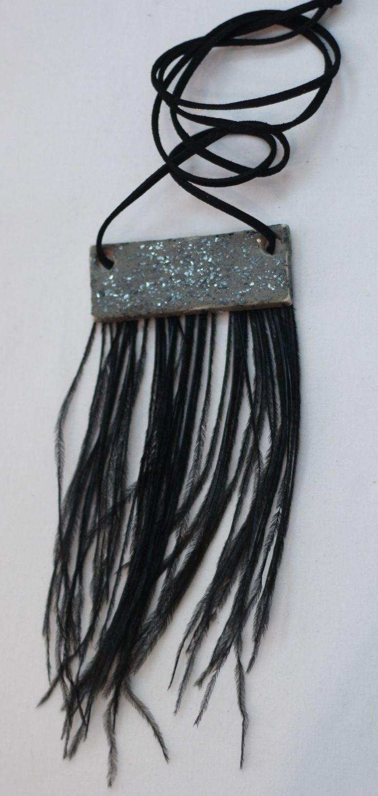 Gümüş rengi simli seramik broş. Kuş tüyleri sentetiktir, yapımı için hayvanlara zarar verilmemiştir. www.azimeozgen.com