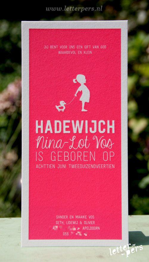 Voor Hadewijch mochten we een lange staande kaart ontwerpen en drukken. We hebben met 1 pms kleur fluor roze/rood op de voorkant gedrukt met verschillende lettertypes. Het meisje met het eendje geeft een extra lieve touch aan dit kaartje.
