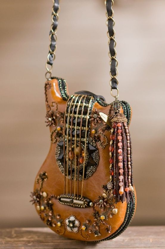 Guitar Carmel Brown Handbag!. Es un bolso feo a mi parecer porque tiene  muchas cosas pero es rescatable la idea de ser un guitarra xD