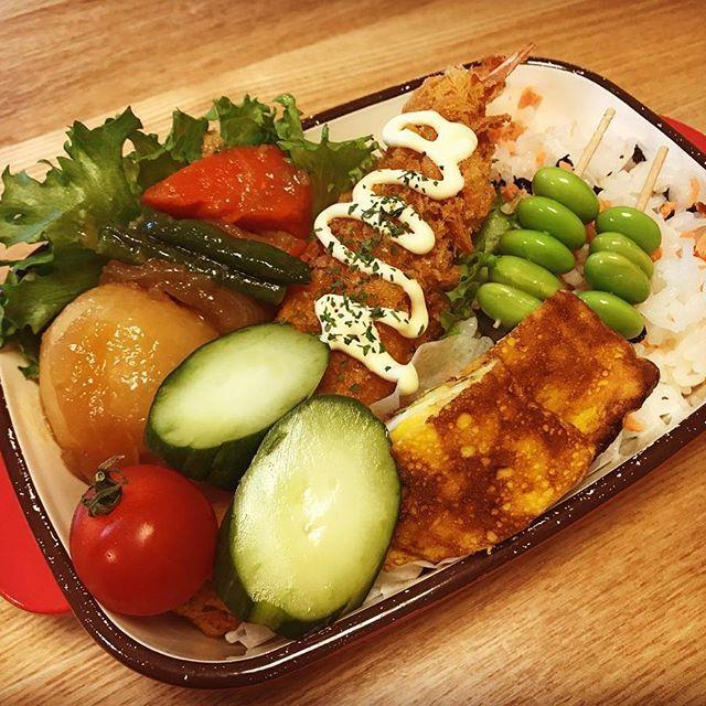 お昼のお弁当🍱 今日は #エビフライ  と#肉じゃが  のお弁当 #おうちごはん #美味しい #めっちゃ美味しかった #うまい  #lunch  #lunchtime  #お弁当 #お弁当箱  #Instagram #iInstapic #food #Instafood #japanesefood  #japan  #chicken  #女子弁当  #肉 #野菜 #海老 #エビ  #漬け物  #instagramjapan  #🇯🇵 #男子弁当