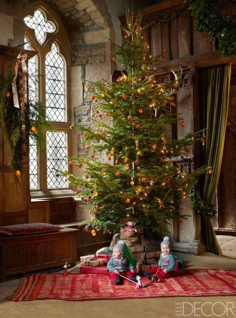 English Chirstmas Tree decorated with oranges and cinnamon sticks via Elle Decor