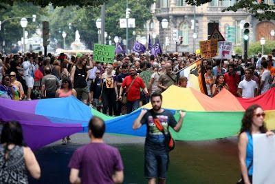 """""""Hay que seguir luchando, pero el Orgullo Gay también es una celebración"""" La parte vieja se llena de ambiente con motivo de Bilbao Pride, aunque la plataforma 28-J incide en mantener el espíritu reivindicativo del día Eva Molano   El Correo, 2015-06-29 http://www.elcorreo.com/bizkaia/201506/29/seguir-luchando-pero-orgullo-20150628225800.html"""