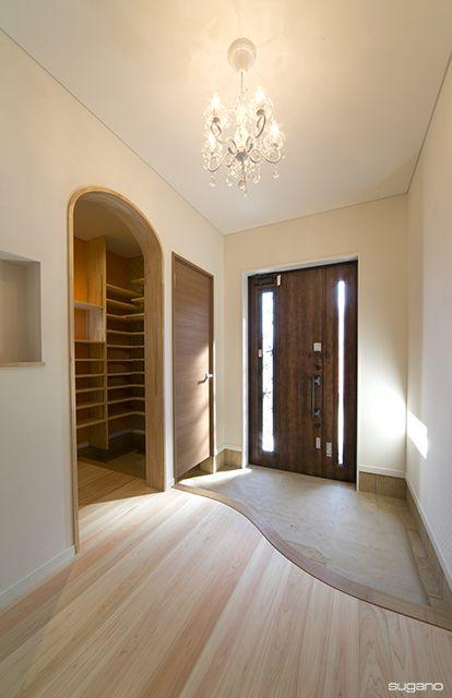 シャンデリアが似合うかわいらしい玄関に。#住宅 #家づくり #玄関 #SCL #シャンデリア #設計事務所 #菅野企画設計