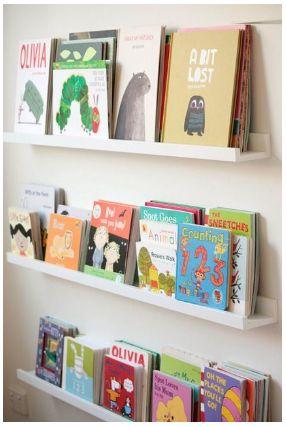 utiliser les cimaises RIBBA d'IKEA comme bibliothèque murale pour les livres de vos enfants.