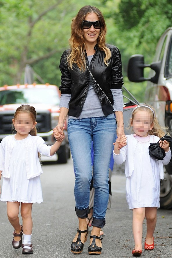 SJP out and about with her cute twin daughters in NYC looking like a cool yummy mummy. SJP wears rolled up jeans and a fab jacket.