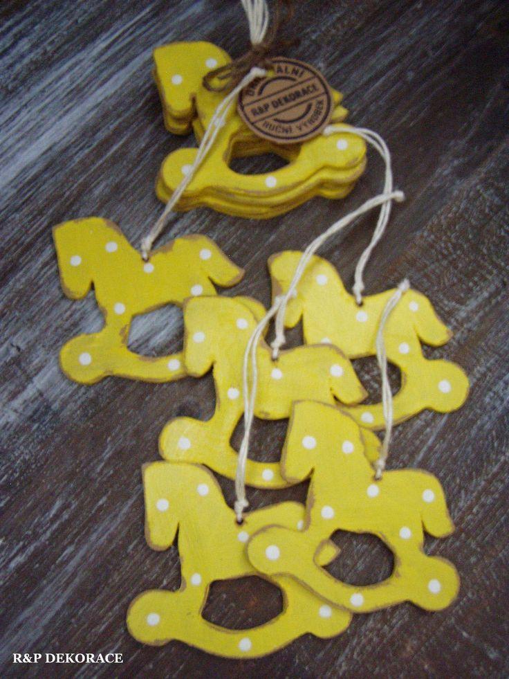 Žlutá+sada+Žlutá+sada+s+provázkem+pro+zavěšení.+Cena+za+10+ks.+Koník+má+6+x+7,3+cm.