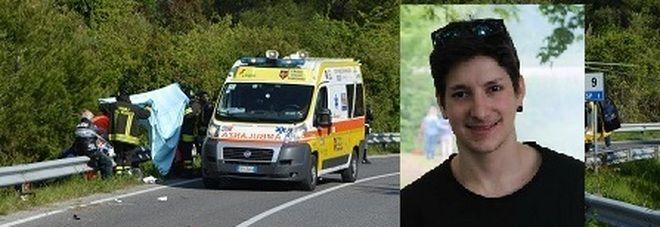 Passione per la moto: cade e muore a 22 ani contro un guardrail