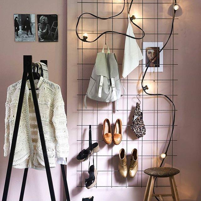 AAN DE WAND • rommelige slaapkamer? Hang een draadrek aan de muur. Schoenen met hakken haak je erachter en sjaaltjes, kettingen en tassen hang je op. Zo ben je 's avonds in één klap klaar.