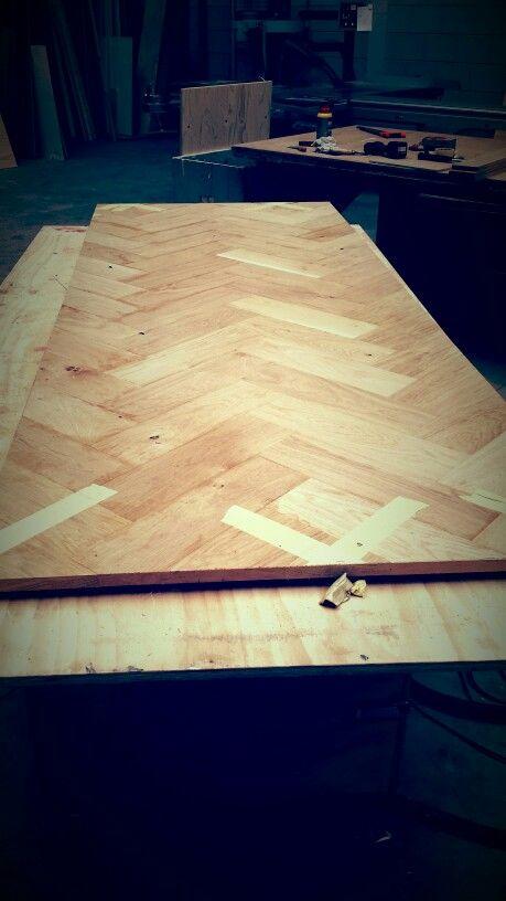 Visgraat tafelblad aan het maken woodforliving table for Tafelblad maken