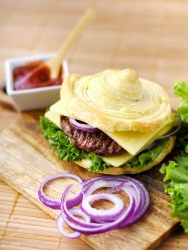 steak, poivre, oignon rouge, salade, pâte feuilletée, cheddar, huile d'olive, sel, ketchup