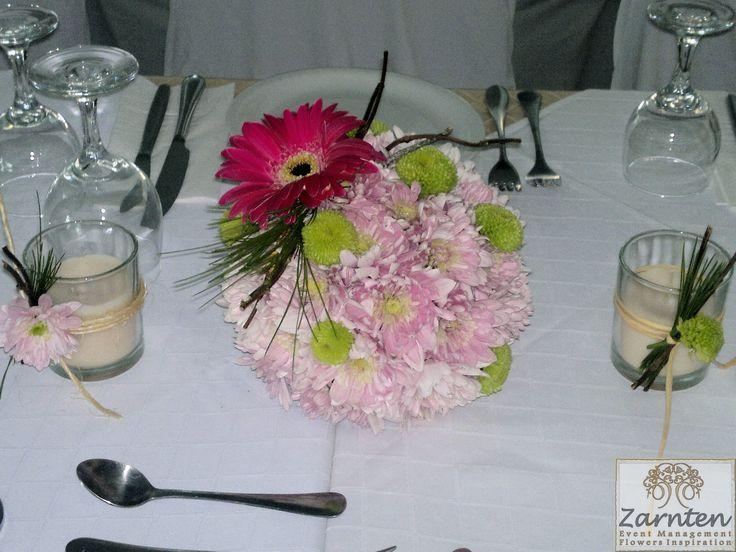 Μπάλα από χρυσάνθεμα MonaLisa και FeelingGreen για διακόσμηση τραπεζιών γάμου Μια ξεχωριστή νότα σε όλη την σύνθεση δίνουν η φούξια ζέρμπερα με  τα κλαδάκια από πεύκο και τα κεριά με την αντίστοιχη διακόσμηση