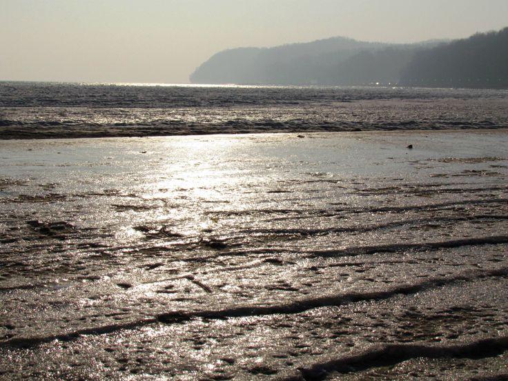 Zlodzony piasek na plaży w Gdyni skrzy się w słońcu :)