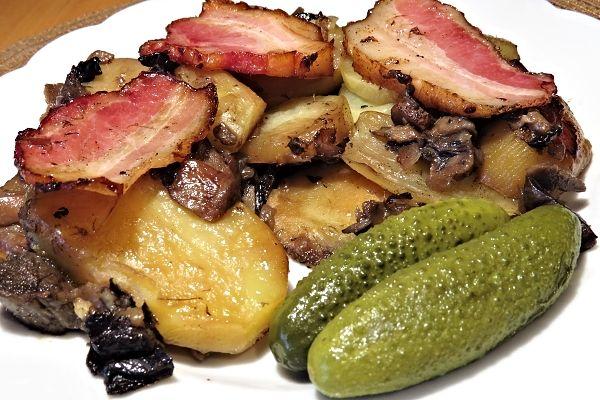 Zapékané brambory shoubami a uzeným masem