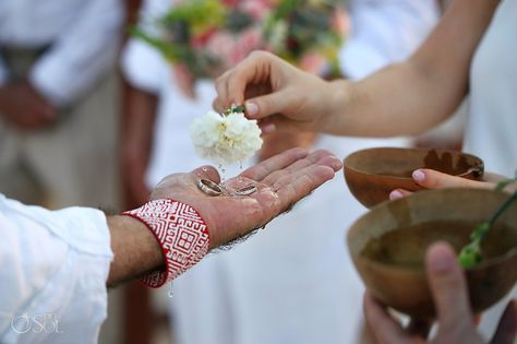 Al inicio de la ceremonia, ambos entran en un círculo marcado en la tierra por el sacerdote. Éste se coloca al frente y evoca los cuatro elementos naturales con la idea de que fortalezcan el lazo de la pareja en los años venideros. Entonces los esposos intercambian votos y anillos, o cualquier otro objeto que represente su unión.