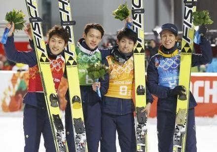 ジャンプ団体で銅メダルを獲得し、花束を手に喜ぶ(左から)清水礼留飛、竹内択、伊東大貴、葛西紀明=ソチ(共同)