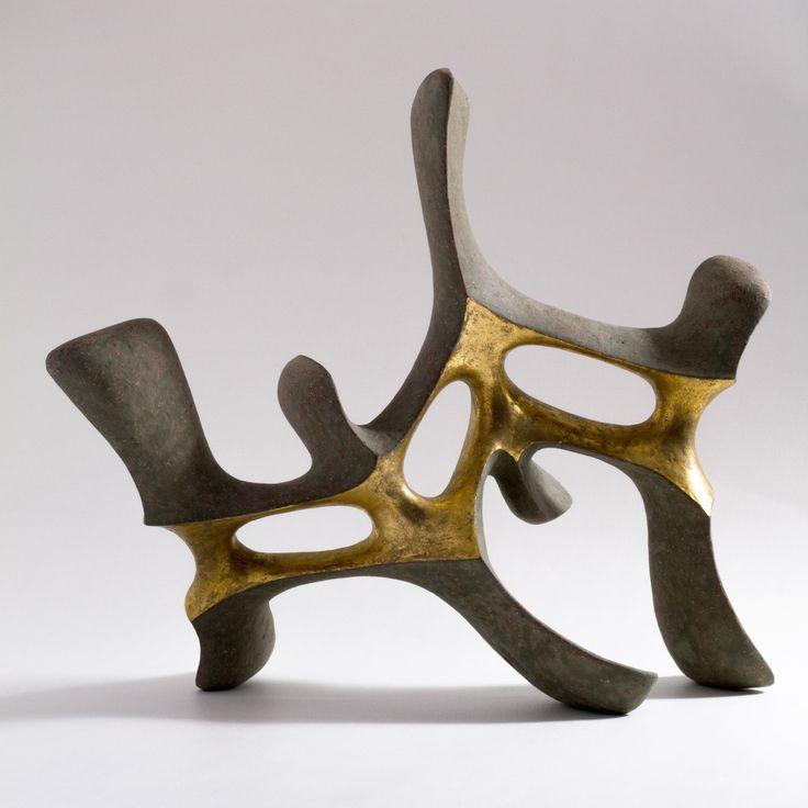 Istvan HOLLÓ: Idol of the Dragons 2015. Chamotte clay, engobe, glaze, gold (precious metal preparations for brush application on glaze). 51x23x44cm