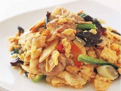 陳 建一さんの「卵ときくらげの炒め物」のレシピページです。卵はふんわり、かつ、しっかりいためて火を通すことがおいしく仕上げるコツ。 材料: 卵、きくらげ、豚バラ肉、ゆでたけのこ、にんじん、しょうが、ねぎ、小松菜、水溶きかたくり粉、合わせ調味料、塩、こしょう、サラダ油、酒、サラダ油、サラダ油、ごま油