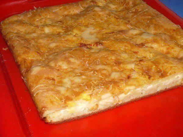 источникИскусная хозяйка           Наливной пирог с сыромСостав:-3 яйца,-1,5 стакана сметаны,-3 стол.ложки растительного масла,-1,5 стакана муки,-соль по вкусу,-0,5 ч.л.соды, погашенной ук…