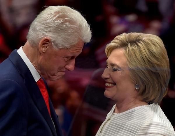 Bill y Hillary Clinton, una pareja con un pasado oscuro (AFP)