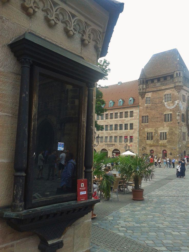 Un plano más amplio de la misma liberación en Nuremberg