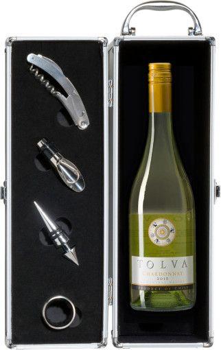 De aluminium wijnkist is een origineel en modern geschenk. De wijnkist is een volledige set bestaande uit een metalen kelnersmes, een wijnthermometer, een druppelvanger, een flessenstop en uiteraard een heerlijke fles wijn (750 ml, 12,5%). U kunt kiezen uit een fruitige merlot met een ondertoon van kersen en braambessen of een frisse sauvignon met een volle en sterke smaak. De opvallende wijnkist is gemaakt van kunststof met aluminium- en velours binnenwerk.