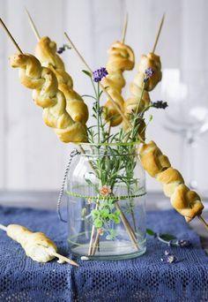 Brotzöpfchen am Spieß mit Lavendel - das ideale Fingerfood für die nächste Party und auch ein tolles Picknick-Rezept! http://www.gofeminin.de/kochen-backen/party-pops-spiesse-d58588c655384.html