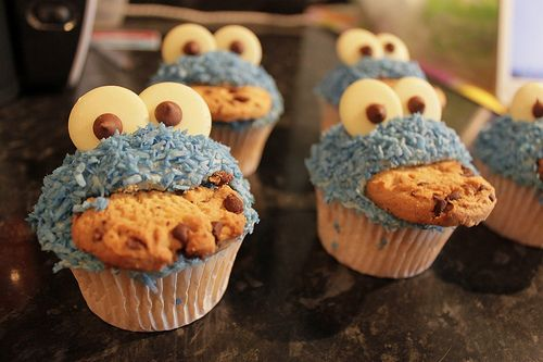 i love the cookie monster. i love cupcakes. voila.