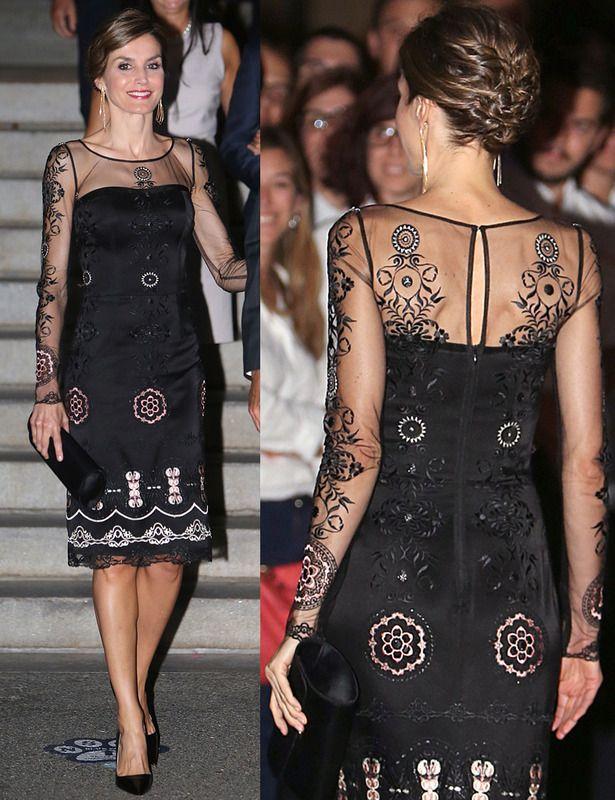 La reina Letiza con vestido negro con transparencias y bordados