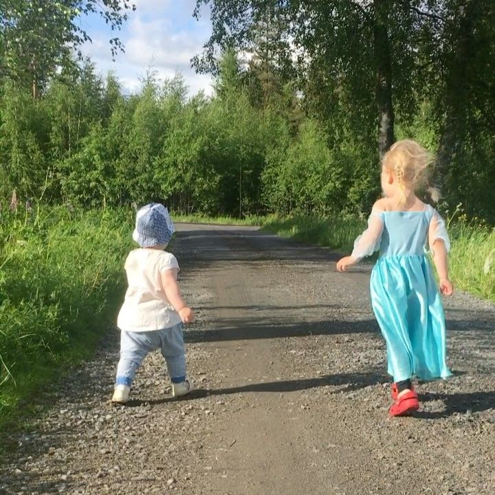 #kesäilta #summer #lapset #kids #parhaatkersat #parhaatkaverit #sisarukset #siskokset #tyttäret #kaksinkarkuteillä #bestfriends #siblings #sisters #daughters  #havingfun #runlikethewind #elsa #frozen ��������❤ http://misstagram.com/ipost/1541445266669782742/?code=BVkUE2Yj0bW