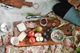 In Friesland worden bijzondere handgemaakte presentatie planken gemaakt, te gebruiken in de keuken als werk basis, maar ook om de meest verukkelijke hapjes te prenteren. Op ambachtelijke wijze met de hand gemaakt van robuust stoer Europees eikenhout, een feest op zich, om te zien, een musthave in elk huishouden. Verkrijgbaar in diverse maten, vierkant of langwerpig, met stoere Friese namen, zoals de Hidde, of de Yfke. Bij Royal Design in de showroom te koop.
