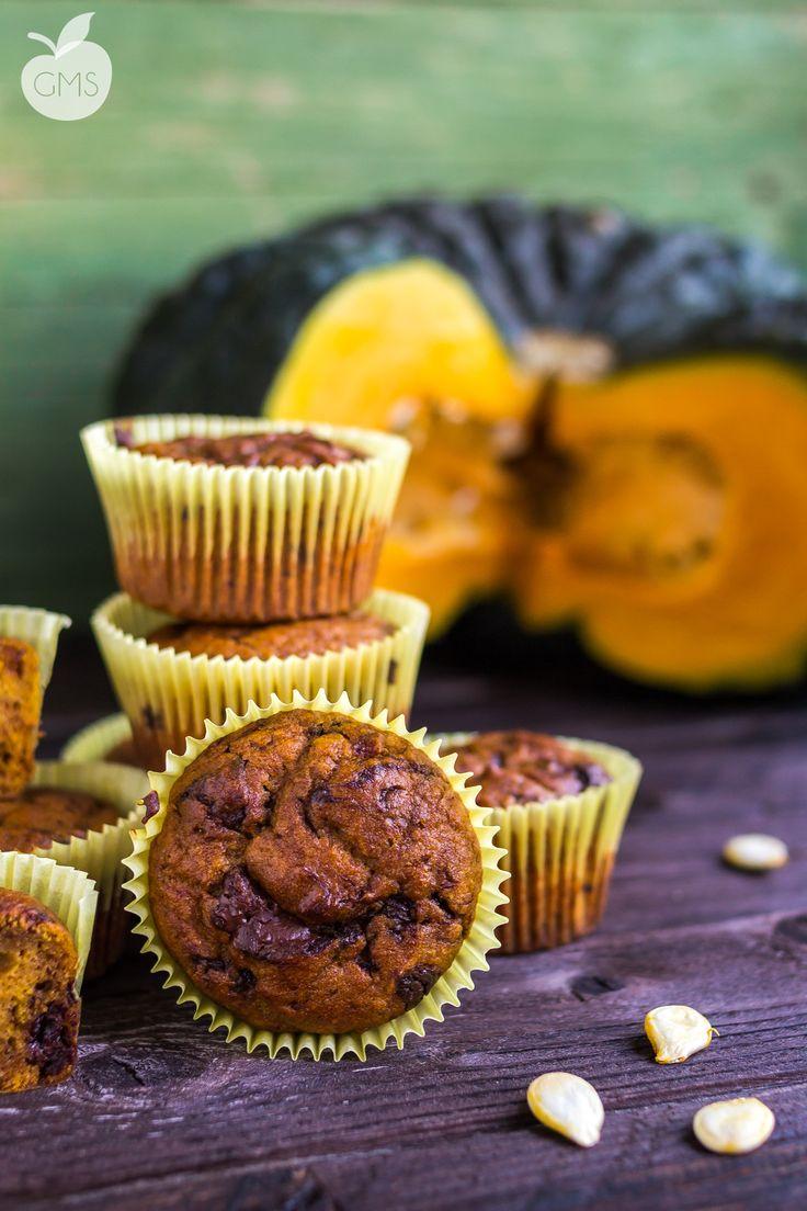 Questi muffin alla zucca e cioccolato sono facili, buonissimi, si conservano morbidi per giorni e super sani e vegan. Senza burro, uova e lattici. Deliziosi
