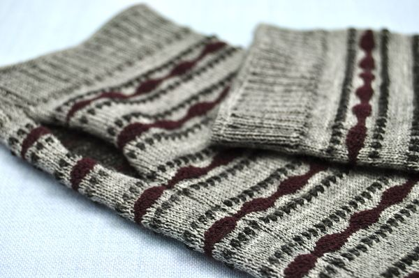 Wrist warmers - Silver grey and plum pattern