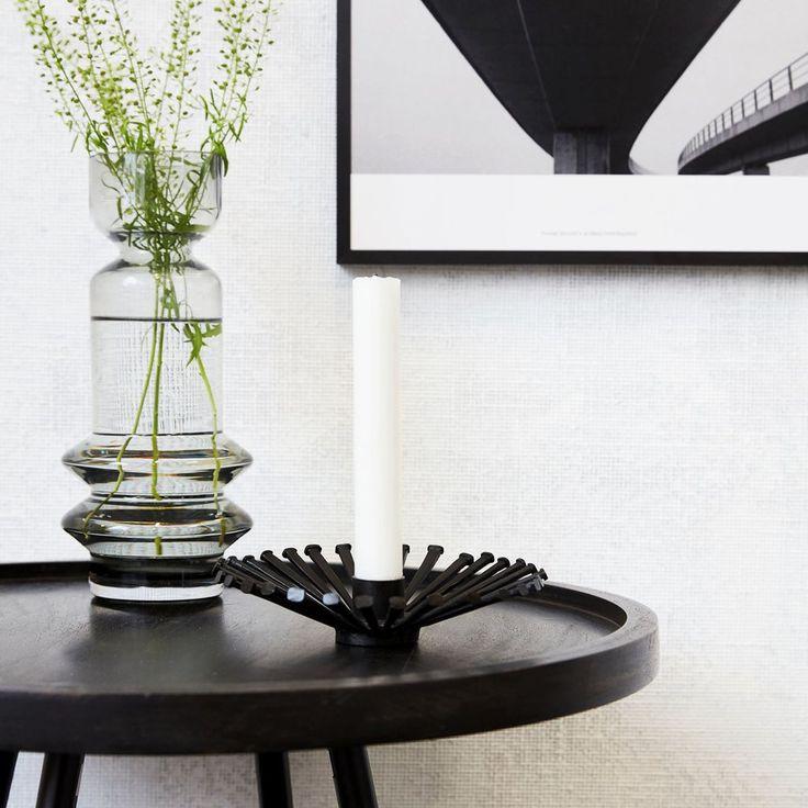 Acest suport de lumanare negru este proiectat pentru a arunca umbre grafice precum razele soarelui, atunci cand lumanare este aprinsa.