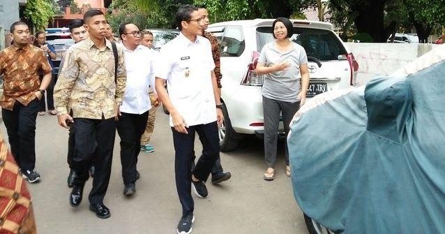 Melanggar Peraturan , Sandiaga Uno Pakai Sepatu Kets serta Seragam yang di keluarkan pada Hari kedua  ForumViral.com - Gaya berpakaian Wakil Gubernur DKI Jakarta Sandiaga Uno cukup mencolok dengan sepatu kets yang membungkus kakinya saat hari pertama kerja, Selasa (17/10) kemarin. Kets warna hitam dipakai Sandi saat mengenakan Pakaian Dinas Harian (PDH).  #Jokowi #Ahok #AniesSandi #Peraturan #Anies #Sandi #Pribumi   Selengkapnya…