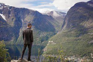 Norwegen   LIFJORD - Wie geht man mit einem Verdacht um, den man nicht widerlegen kann? Eine spannende Serie, die Lust auf eine Reise an den Sognefjord macht ... mehr auf femundo.de