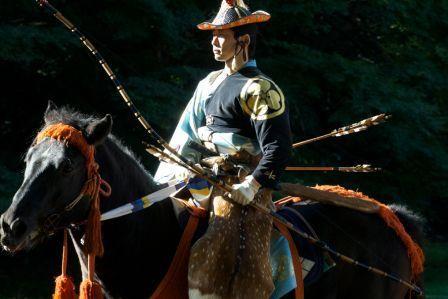 """De tout les animaux, le cheval et certainement considéré (surtout au japon) comme le plus """"Zen"""" des animaux. Chevaux et tir à l'arc ne sont probablement pas les premières choses qui viennent à l'esprit..."""