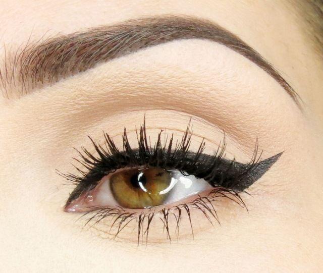 Die Linie des gebogenen Lidstriches zieht zu der Augenbraue