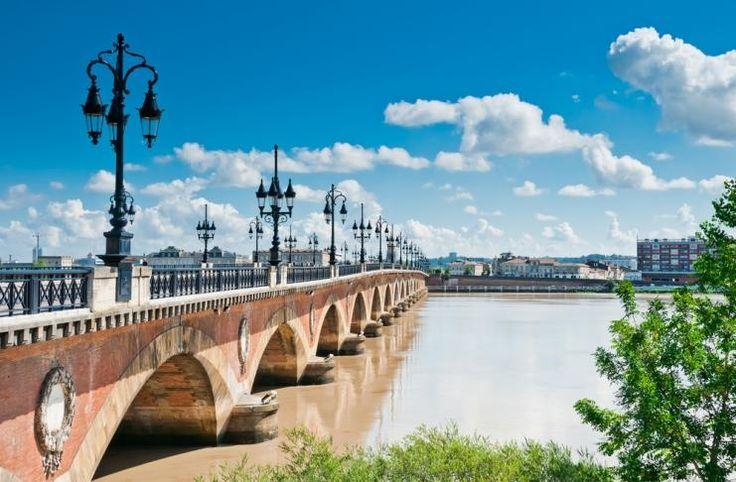 12 destinos perfeitos para viajar em junho        3. Bordéus, França    É Património Mundial da UNESCO desde 2007 e uma cidade moderna, mas repleta de história. A região é um paraíso para enólogos e apreciadores de bom vinho.        Bordeaux, France