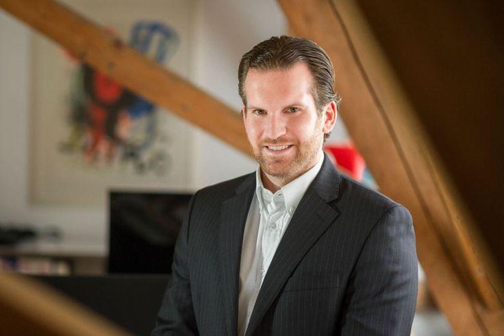 Business Fotoshooting im eigenen Office, modernes Bewerbungsfoto im Raum, Business Portrait, Bewerbungsbild