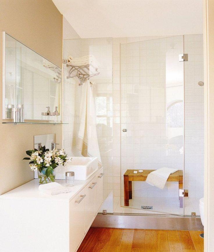 douche avec parois en verre et meuble sous-vasque blanc