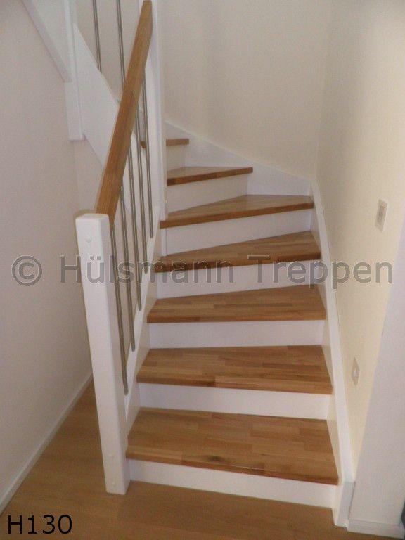 geschlossene Holzwangentreppe, Geländer mit Edelstahlstäben, Pfosten, Wangen und Stoßtritte weiß lackiert, Stufen und Handlauf in Eiche