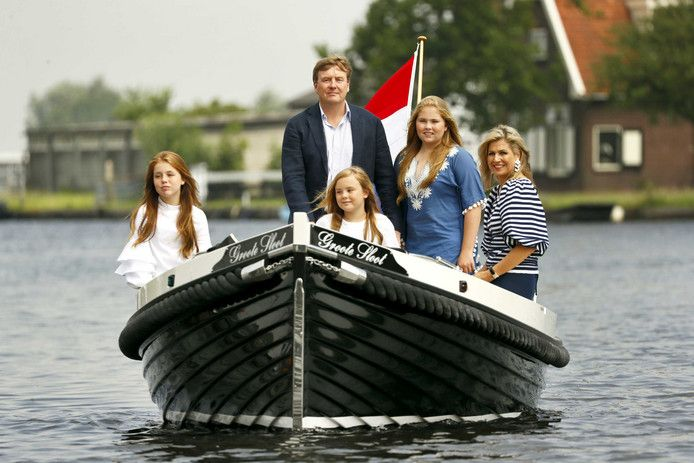 Koninklijke familie poseert in wit-blauw in Warmond | Show | AD.nl
