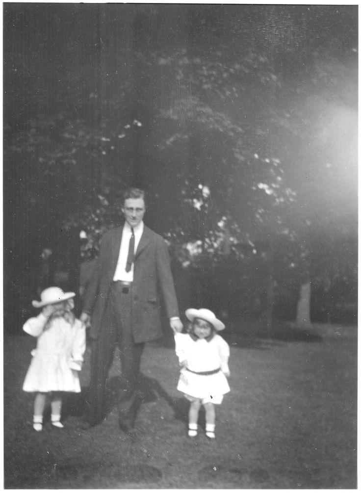 Franklin D. Roosevelt with children Anna and James in Hyde Park, New York Roosevelt, Franklin D. (Franklin Delano), 1882-1945 Date 1910 ❤❤❤ ❤❤❤❤❤❤❤   http://www.fdrlibrary.marist.edu/aboutfdr/biographiesandmore.html  http://en.wikipedia.org/wiki/Anna_Roosevelt_Halsted  http://en.wikipedia.org/wiki/Home_of_Franklin_D._Roosevelt_National_Historic_Site  http://www.historichydepark.org/    http://en.wikipedia.org/wiki/James_Roosevelt